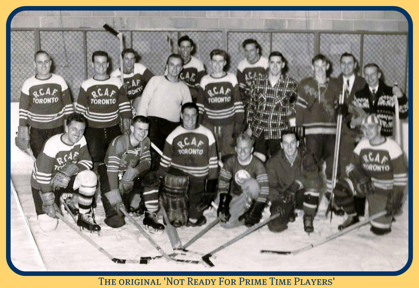 « The Original 'Not Ready For Prime Time Players.' » L'équipe de hockey de la base des Forces canadiennes Downsview. PHOTO : 400 et 411e Escadrons, Downsview Life https://get.google.com/albumarchive/106746528070391002095/album/AF1QipN-PYQGzXSGUulMgdbMOg1ritloTh4FqLi_sK87