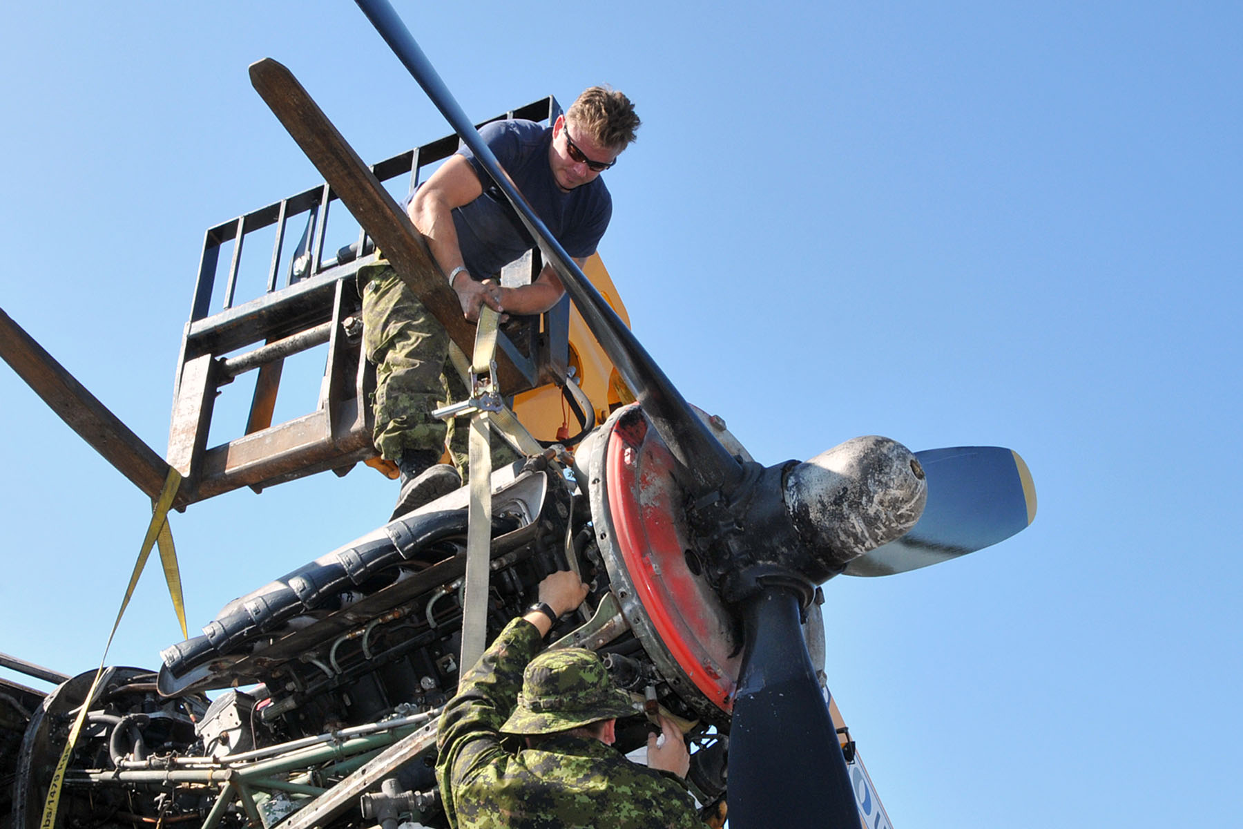 RCAF technicians prepare an engine to be lifted from KB882. PHOTO: Warrant Officer Fran Gaudet