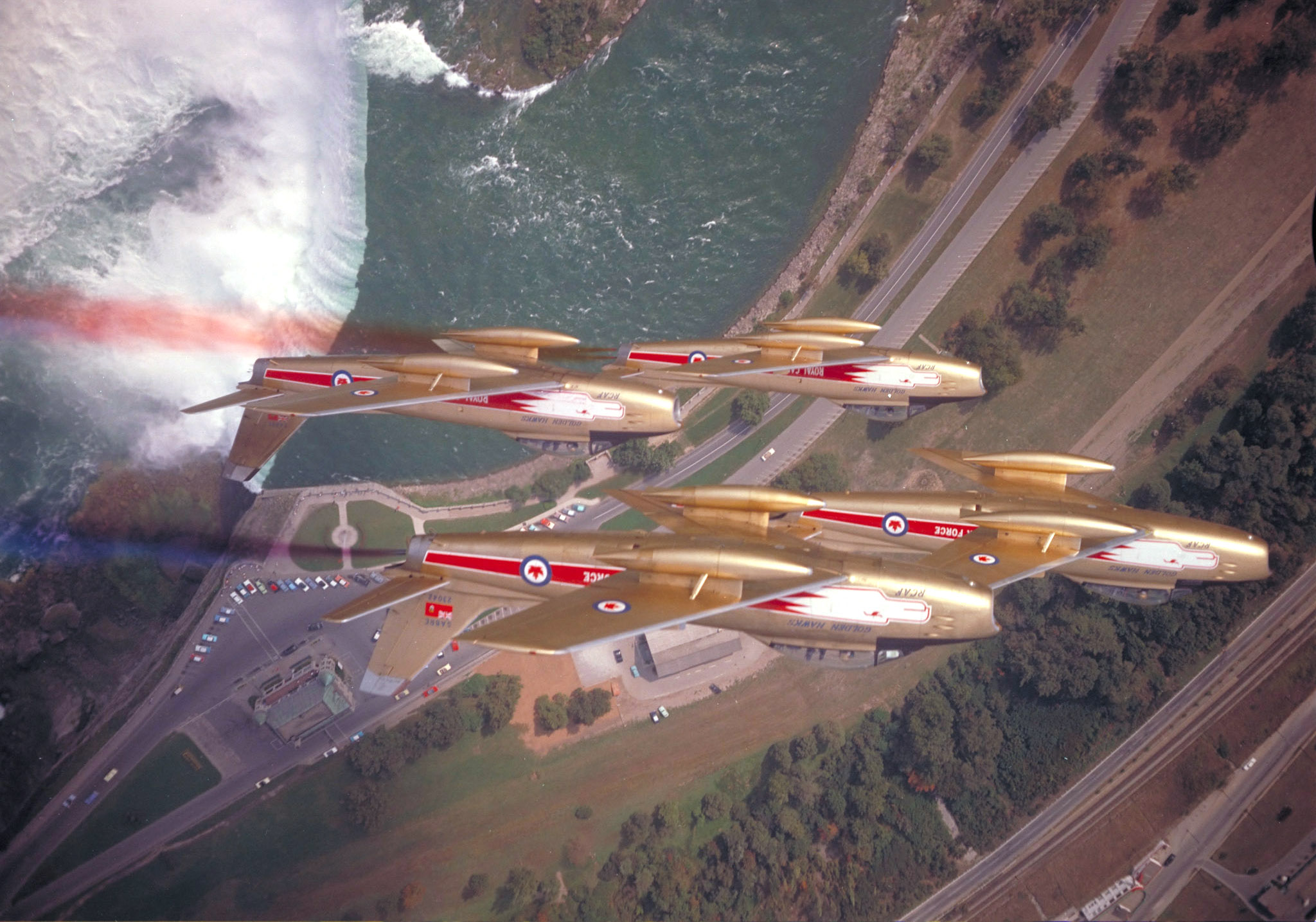 The Golden Hawks pull up after flying inverted over Niagara Falls on September 29, 1959. PHOTO: DND Archives, PCN-1058