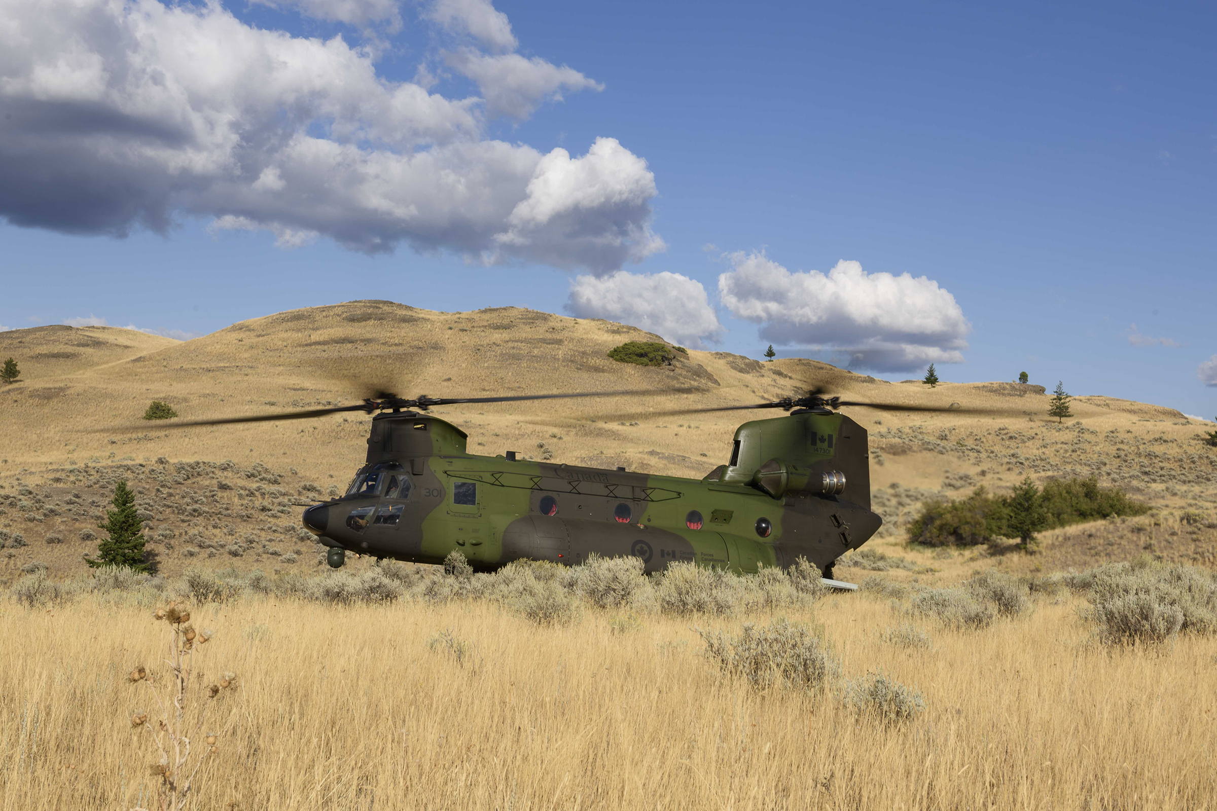 A CH-147F Chinook helicopter conducts lands near Kamloops, British Columbia, on September 14, 2017, during Operation Lentus, which provided assistance to the province in response to wildfires.  Photo: Corporal Dominic Duchesne-Beaulieu, BN51-2017-0005-003