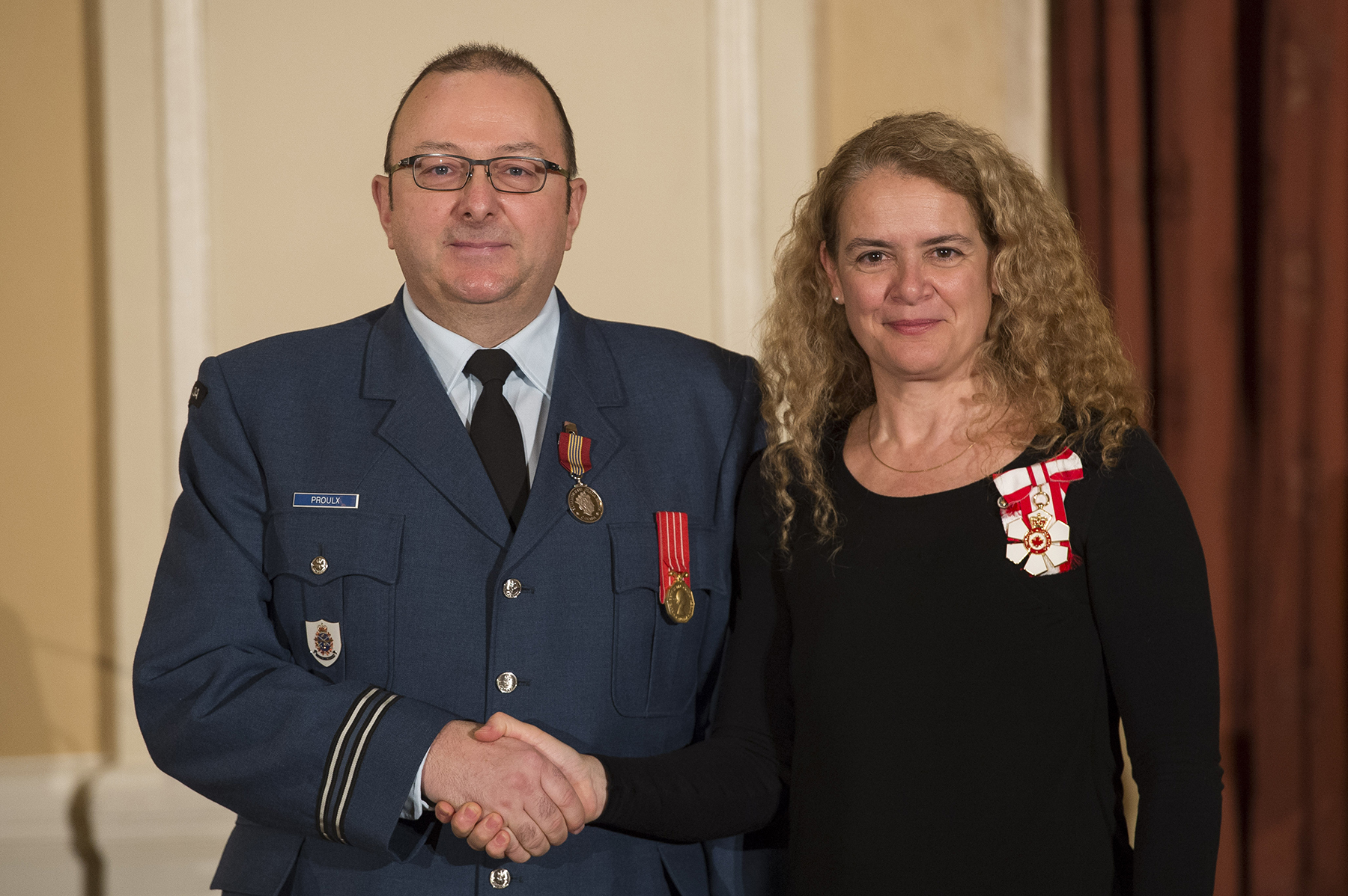 Captain René Proulx receives the Sovereign's Medal for Volunteers from Governor General and Commander-in-Chief of Canada Julie Payette on February 20, 2018. PHOTO: Master Corporal Vincent Carbonneau, GG02-2018-0062-066