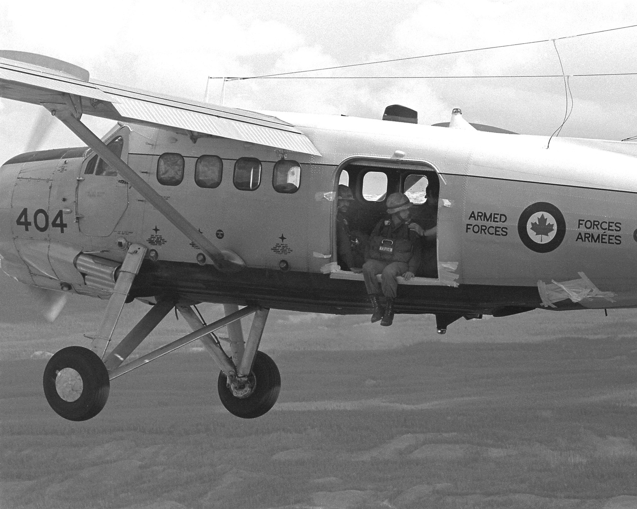 Members of the Canadian Airborne Regiment prepare to jump from a 418 Squadron de Havilland DHC-3 Otter in June 1973. 418 Squadron flew the Otter in the 1960s and 1970s and in 1975 converted to the Twin Otter. PHOTO: DND Archives, IE-74-35-13