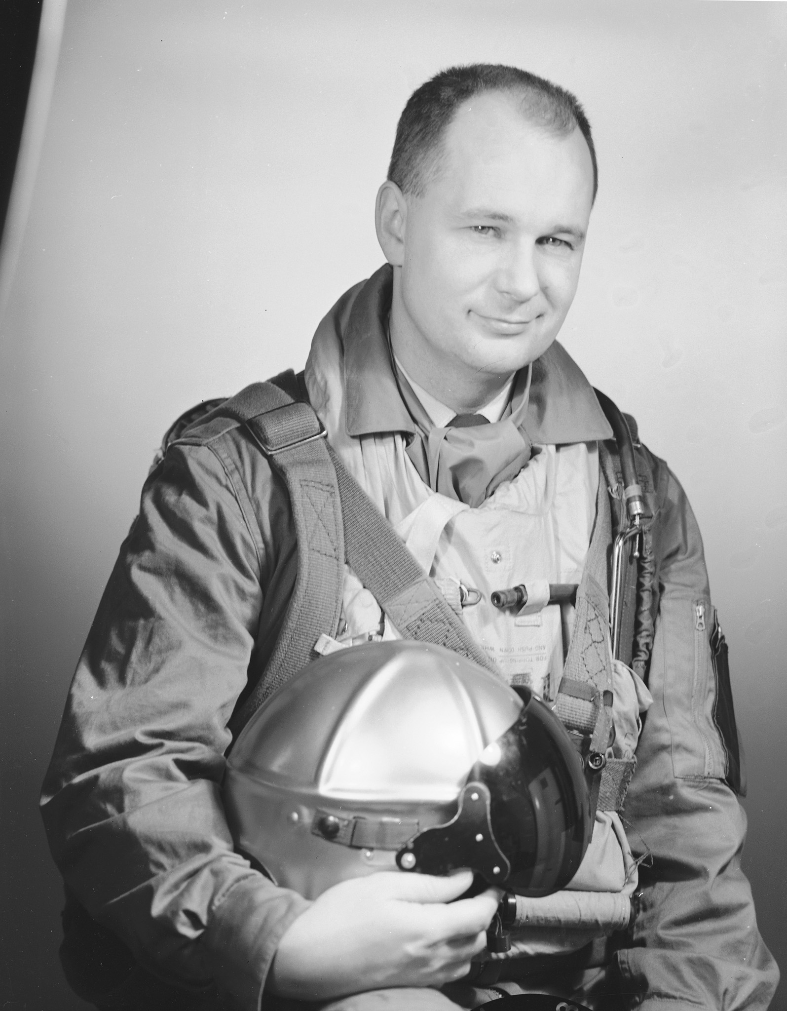 Le commandant d'aviation Fern G. Villeneuve, chef de l'équipe de voltige les Golden Hawks, en 1958. PHOTO : Archives du ministère de la Défense nationale, PL 64137